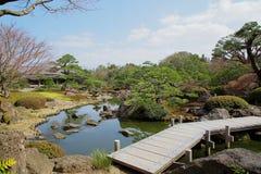 Brug over vijver van Japanse tuin Stock Afbeeldingen