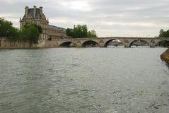 Brug over Zegen en het museum van het Louvre Stock Fotografie