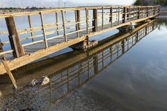Brug over zout waterpool stock afbeeldingen