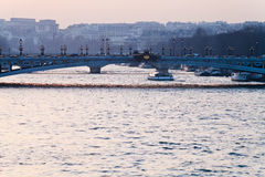 Brug in Parijs op roze blauwe zonsondergang Royalty-vrije Stock Afbeeldingen