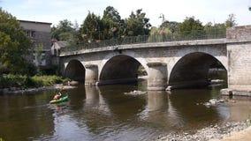 Brug in Pont D Ouilly, Normandië Frankrijk stock videobeelden