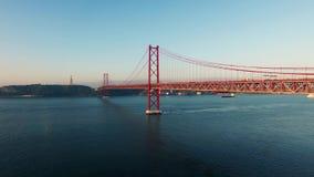 Brug Ponte 25 DE Abril over de Tagus-rivier in Lissabon bij ochtend luchtmening stock videobeelden