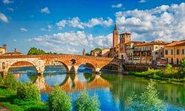 Brug Ponte Pietra in Verona op Adige-rivier stock afbeelding