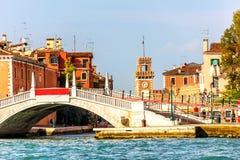 Brug in Riva San Biasio in Venetië dichtbij het Venetiaanse Arsenaal stock afbeeldingen