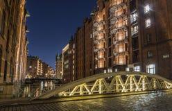 Brug in Speicherstadt in de Nachtlicht en hemel van Hamburg royalty-vrije stock fotografie
