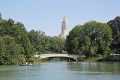 Brug van de Central Park de witte Boog met mensen en vijver in New York Stock Fotografie