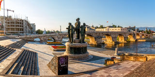 Brug van de Skopje de oude steen Stock Afbeeldingen