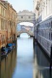 Brug van Sighs en kalm water in het kanaal, ochtend in Venetië stock afbeeldingen