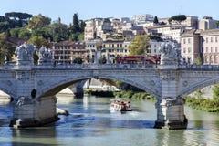 Brug van Vittorio Emanuele II door de rivier Tiber Stock Afbeeldingen