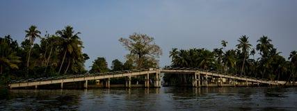Brug verbindend die land door de binnenwateren van alleppey in Kerala wordt gescheiden royalty-vrije stock fotografie