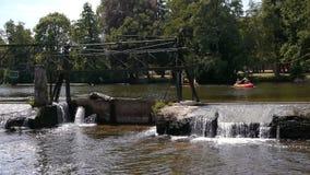 Brug, waterval en kajak in Pont D Ouilly, Normandië Frankrijk stock video