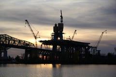 Brugbouw bij zonsondergang Stock Fotografie