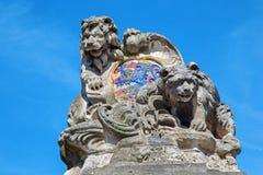 Bruges - armarna av staden Bruges (lejonet och björnen) Royaltyfri Fotografi