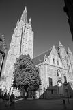 BRUGES, BÉLGICA - 13 DE JUNHO DE 2014: Igreja de nossa senhora do sul - ocidental na noite Foto de Stock