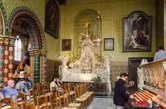 Bruges, Bélgica - 11 de maio de 2015: Os turistas visitam o interior da basílica do sangue santamente Foto de Stock Royalty Free