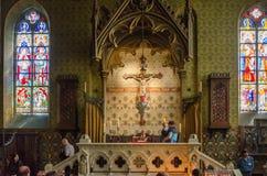 Bruges, Bélgica - 11 de maio de 2015: Os turistas visitam o interior da basílica do sangue santamente em Bruges Imagens de Stock Royalty Free