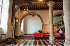 Bruges, Bélgica - 11 de maio de 2015: Os turistas visitam o interior de stadhuis do museu no quadrado do Burg em Bruges Foto de Stock Royalty Free