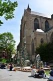 Bruges, Bélgica - 11 de maio de 2015: Povos na plaza da catedral do St Salvator em Bruges Fotos de Stock Royalty Free
