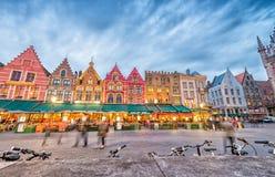 BRUGES, BÉLGICA - 22 DE MARÇO DE 2015: Opinião da noite de Grote Markt Squa Imagem de Stock Royalty Free
