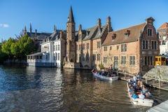 BRUGES, BÉLGICA EUROPA - 25 DE SETEMBRO: Turistas que tomam um barco t Imagem de Stock Royalty Free