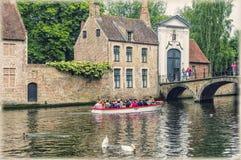 Bruges, Bélgica O lugar da cisne perto do beguinage fotografia de stock royalty free