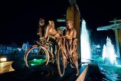 BRUGES BELGIEN - DECEMBER 05 2016 - cyklistspringbrunnen i ` Zand för squre t i Bruges _ Royaltyfria Bilder