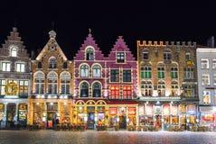 BRUGES BELGIEN - DECEMBER 05 2016 - gammal marknadsfyrkant för jul i Bruges Arkivfoton