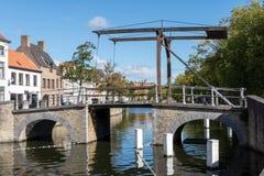 BRUGES BELGIEN EUROPA - SEPTEMBER 26: Bro över en kanal i B arkivfoton
