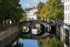 BRUGES BELGIEN EUROPA - SEPTEMBER 26: Bro över en kanal i B arkivbilder