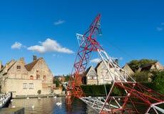 BRUGES BELGIEN EUROPA - SEPTEMBER 25: Pylon i kanalen i Br Royaltyfria Bilder