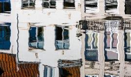 BRUGES BELGIEN EUROPA - SEPTEMBER 26: Reflexion i en kanal in Arkivbilder