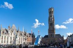 BRUGES BELGIEN EUROPA - SEPTEMBER 25: Sikt in mot klockstapeln arkivfoto