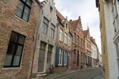 Bruges Belgien, flamländsk gammal gata med cykeln Royaltyfri Fotografi