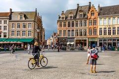 BRUGES BELGIEN - JUNI 10, 2014: Cyklister i gator i Bruges Fotografering för Bildbyråer