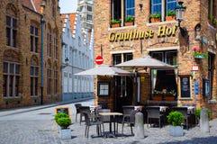 Bruges Belgien-Juni 10, 2016: En trevlig byggnad för restaurangtegelstenhörn som lokaliseras i den gamla staden av Bruges royaltyfri foto