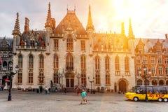 BRUGES BELGIEN - JUNI 10, 2014: Fasader av stora härliga medeltida byggnader i Bruges Royaltyfri Bild