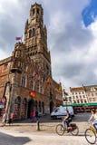 BRUGES BELGIEN - JUNI 10, 2014: Fasader av stora härliga medeltida byggnader i Bruges Royaltyfri Fotografi
