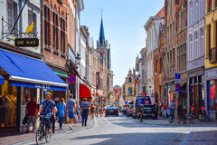 Bruges Belgien-Juni 10, 2016: Gatasikten med shoppar och restauranger längs de båda sidorna i den gamla staden av Bruges Royaltyfri Foto