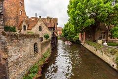BRUGES BELGIEN - JUNI 10, 2014: Härlig sikt av fartygkanalen i Bruges, Belgien Arkivbilder