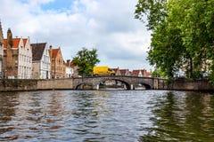 BRUGES BELGIEN - JUNI 10, 2014: Härlig sikt av kanalen i Bruges, Belgien Arkivfoto