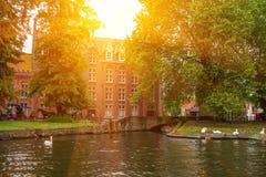 BRUGES BELGIEN - JUNI 10, 2014: Härlig sikt av kanalen i Bruges, Belgien Royaltyfria Foton