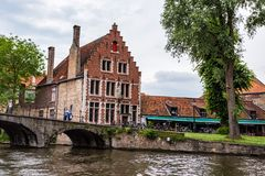 BRUGES BELGIEN - JUNI 10, 2014: Härlig sikt av kanalen i Bruges, Belgien Arkivfoton