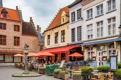 BRUGES BELGIEN - JUNI 10, 2014: Restaurang i gata av Bruges Fotografering för Bildbyråer
