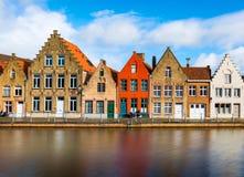 Bruges Belgien: Kulöra tegelstenhus, typisk gata av Bruges Royaltyfri Bild