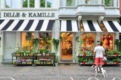 Bruges Belgien - Maj 11, 2015: Folk som shoppar på livsmedelsbutiken Royaltyfri Bild