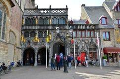 Bruges Belgien - Maj 11, 2015: Turist- besökbasilika av det heliga blodet i Bruges, Belgien royaltyfri bild