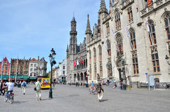 Bruges Belgien - Maj 11, 2015: Turist på den Grote Markt fyrkanten i Bruges, Belgien Royaltyfri Fotografi