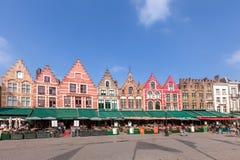 BRUGES BELGIEN - MARS 23, 2015 Turister i norrsida av Grote Markt (marknadsfyrkant) av Bruges, Brugge, med den förtrollande gatan Fotografering för Bildbyråer