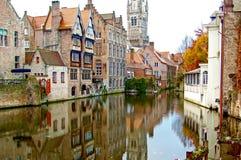 Bruges/Belgio - autunno Vecchie costruzioni della città sul canale Beauti fotografie stock