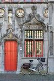 BRUGES, BELGIO EUROPA - 25 SETTEMBRE: Bicicletta fuori di un adeguato Fotografie Stock Libere da Diritti